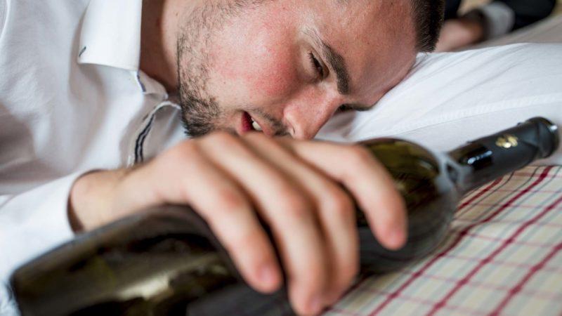 Симптомы отравления алкоголем и первая помощь